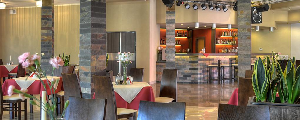 Elegantní a funkční interiér restaurace vytváří vřelou a jedinečnou atmosféru.